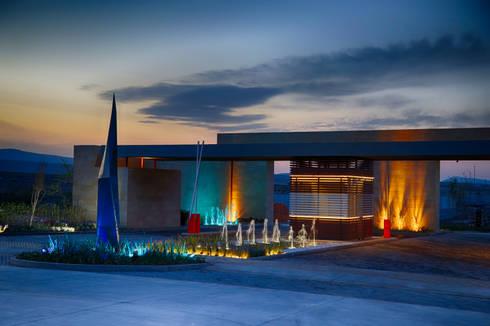 Acceso Principal de Alto Lago Residencial: Casas de estilo moderno por ALTO LAGO RESIDENCIAL