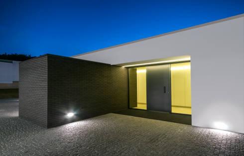 Habitação PM: Garagens e arrecadações modernas por ARTEQUITECTOS