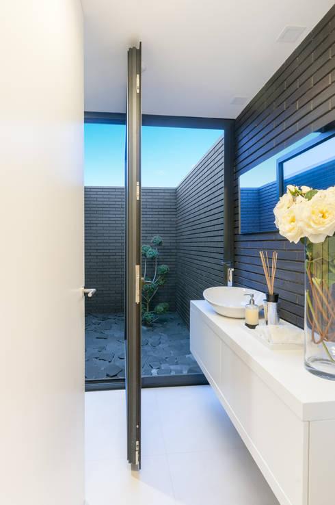 Habitação PM: Casas de banho modernas por ARTEQUITECTOS