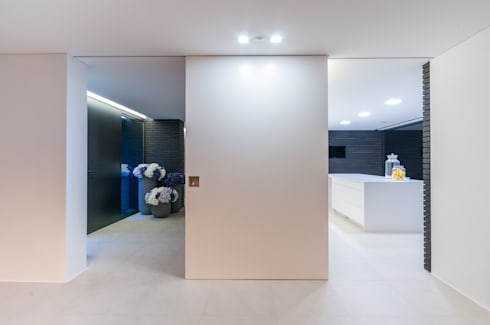 Habitação PM: Corredores e halls de entrada  por ARTEQUITECTOS