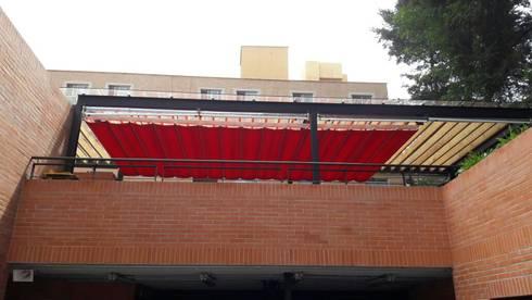 Palilleria ZEN Motorizada entre paredes sobre estructura: Balcones y terrazas de estilo mediterraneo por GAVIOTA MEXICO