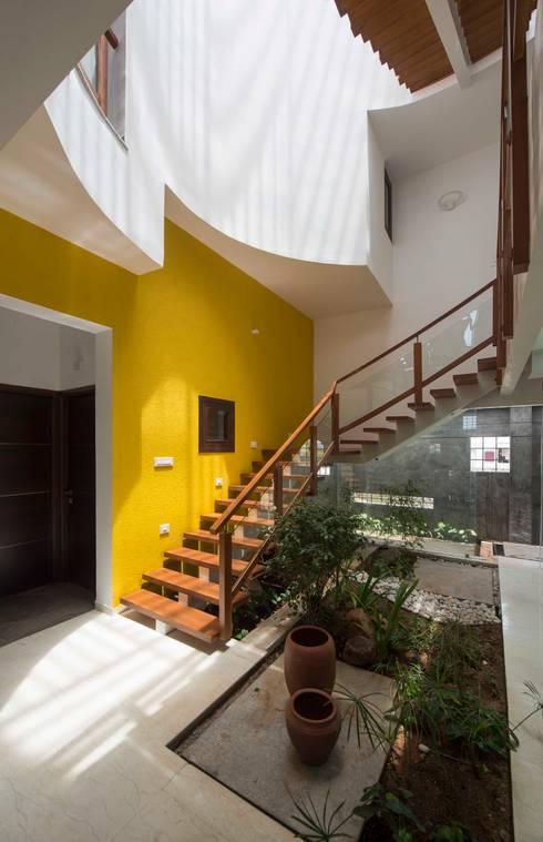 UMA GOPINATH RESIDENCE:  Living room by Muraliarchitects