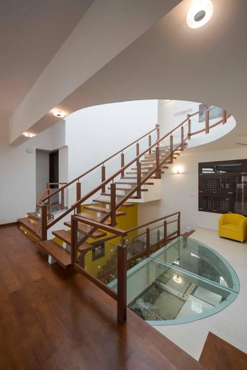 UMA GOPINATH RESIDENCE:  Corridor & hallway by Muraliarchitects