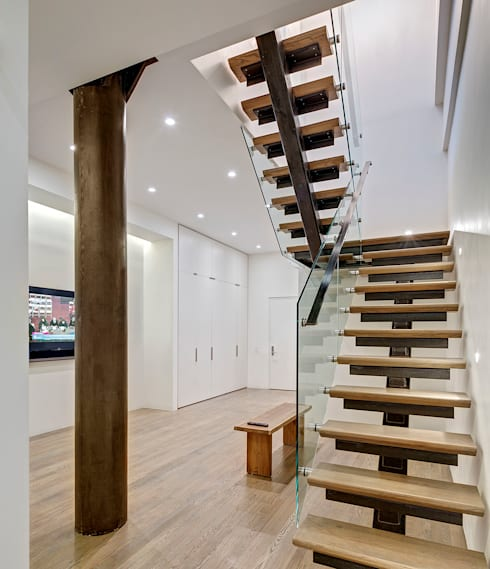 Duplex Floating Stairs:  Corridor & hallway by Lilian H. Weinreich Architects
