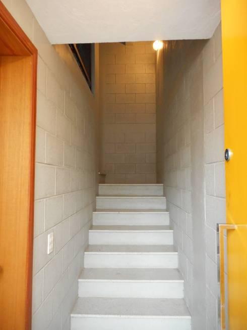 ระเบียงและโถงทางเดิน by Metamorfose Arquitetura e Urbanismo