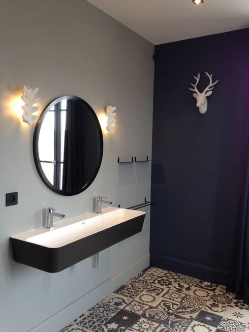 Maison Pop: Salle de bains de style  par Agence d'architecture intérieure Laurence Faure