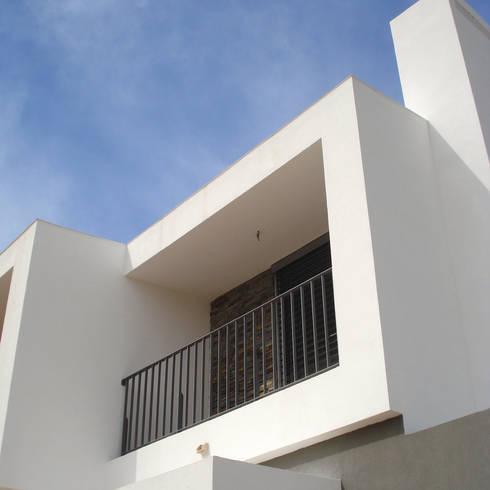 Casa DP: Casas modernas por Luís Duarte Pacheco - Arquitecto