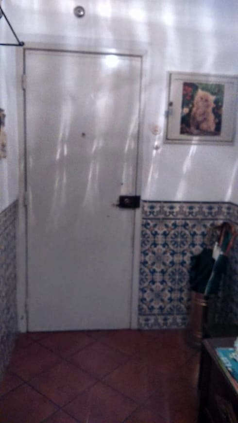 ANTES E DEPOIS Remodelação total interior T2:   por Alma Prima Construções,Lda.
