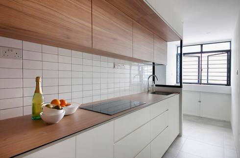 FERNWOOD TOWERS: scandinavian Kitchen by Eightytwo Pte Ltd