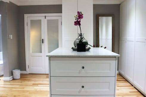 House F: classic Dressing room by Margaret Berichon Design