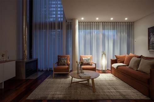 TROIA RESORT – ATLÂNTIC VILAS: Sala de estar  por Tralhão Design Center