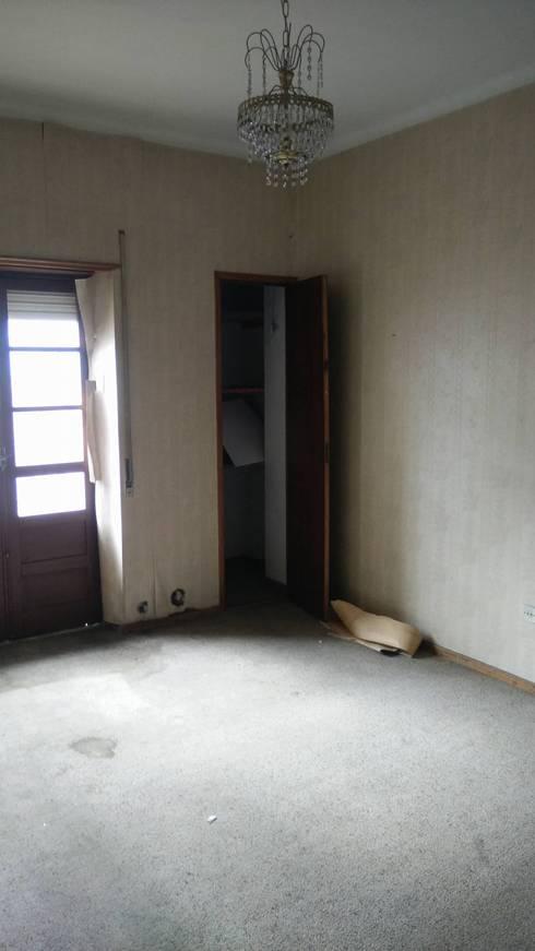 Quarto suite Antes:   por Alma Braguesa Furniture