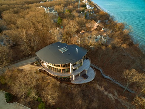 Forest Beach Residence: modern Houses by Allegretti Architects