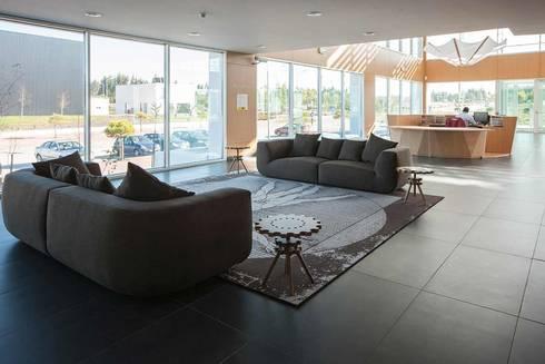 EDIFÍCIO LEONARDO DA VINCI: Lojas e espaços comerciais  por Tralhão Design Center