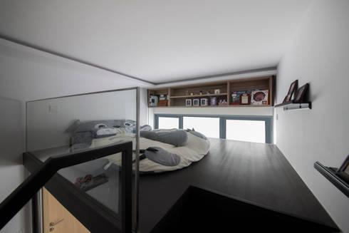 BOATHOUSE RESIDENCES: scandinavian Bedroom by Eightytwo Pte Ltd