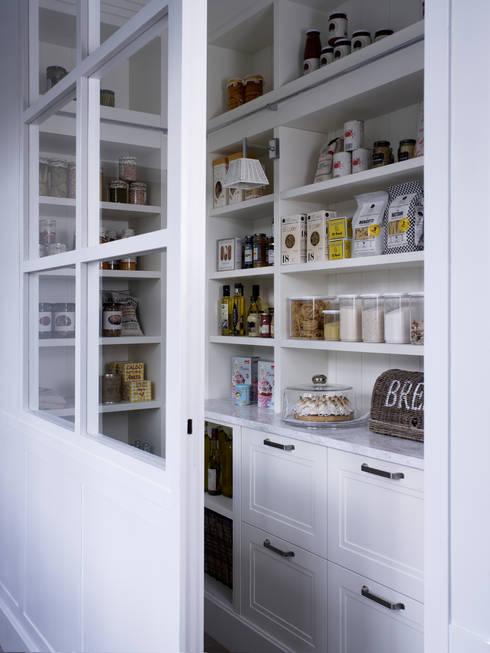 La despensa combina módulos abiertos y cerrados: Cocinas de estilo rústico de DEULONDER arquitectura domestica