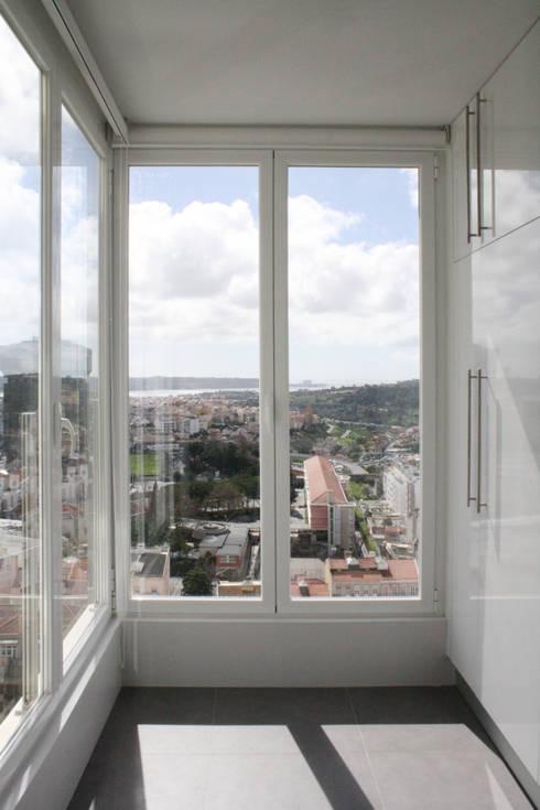 Apartamento em Lisboa – Amoreiras: Cozinhas minimalistas por Archimais