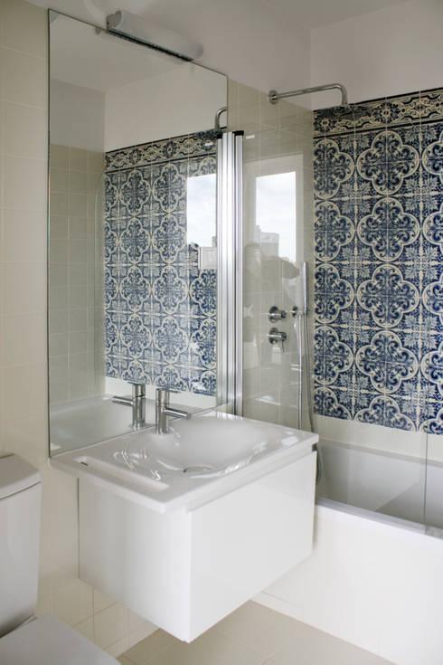 Apartamento em Lisboa – Amoreiras: Casas de banho minimalistas por Archimais