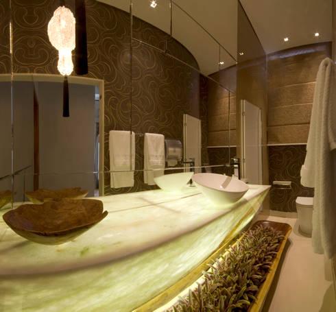 Banheiro sofisticado: Banheiros ecléticos por Flaviane Pereira