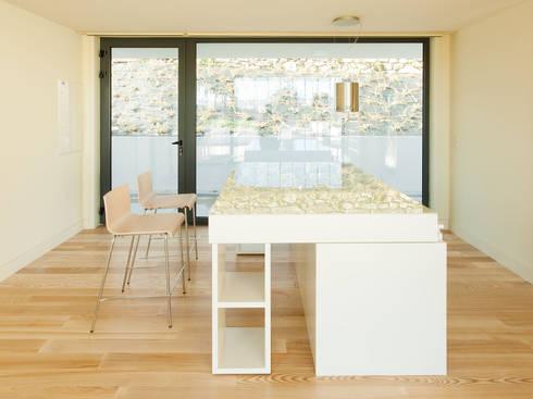 ilha de cozinha / cozinha compacta: Cozinha  por Atelier 405 \ 405 architects