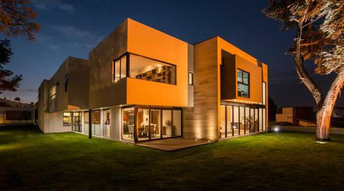 Jaral de Berrio: Casas de estilo moderno por Sobrado + Ugalde Arquitectos