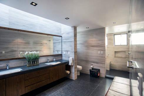 Jaral de Berrio: Baños de estilo  por Sobrado + Ugalde Arquitectos