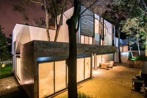 Paseo 82: Casas de estilo moderno por Sobrado + Ugalde Arquitectos