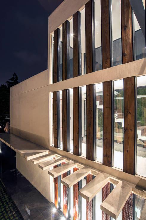 Satélite : Ventanas de estilo  por Sobrado + Ugalde Arquitectos