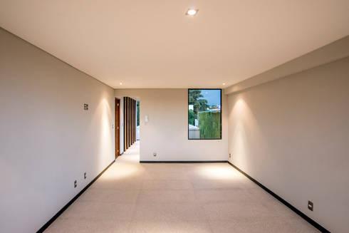 Satélite : Salas de estilo moderno por Sobrado + Ugalde Arquitectos