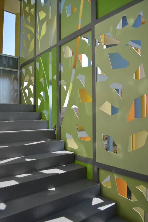 Biblioteca Kipling CECAT - VMArquitectura: Pasillos y recibidores de estilo  por VMArquitectura