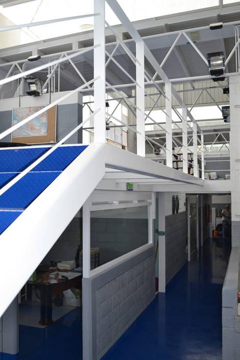 Geogrupo del Centro - VMArquitectura: Pasillos y recibidores de estilo  por VMArquitectura