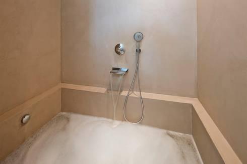 Banheira e parede em Microcimento: Hotéis  por 4Udecor Microcimento