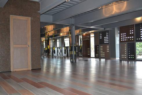 Gimnasio R2 - VMArquitectura: Gimnasios de estilo moderno por VMArquitectura