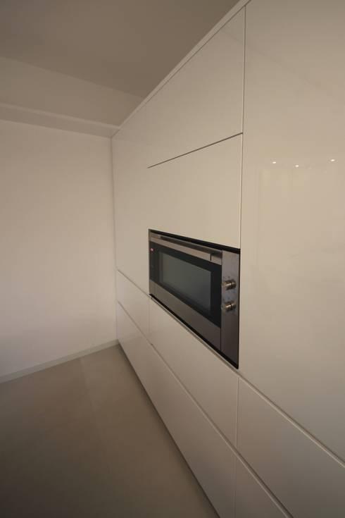 Parete colonne: Cucina in stile in stile Minimalista di Falegnameria Ferrari