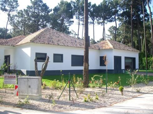 Construção de moradia e espaço envolvente ( jardins, piscina...): Casas modernas por Atádega Sociedade de Construções, Lda