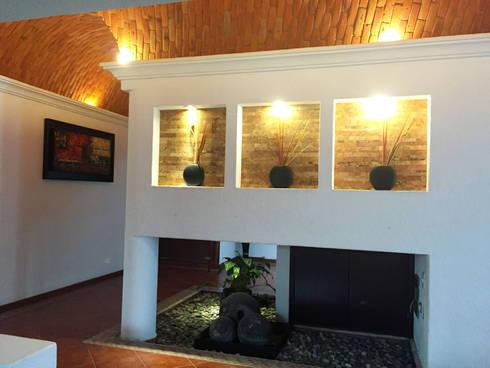 BOVEDA DE CAÑON: Pasillos y recibidores de estilo  por AMG Arquitectura Integral