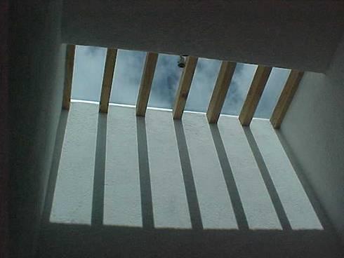 CASA VIMA: Pasillos y recibidores de estilo  por AMG Arquitectura Integral
