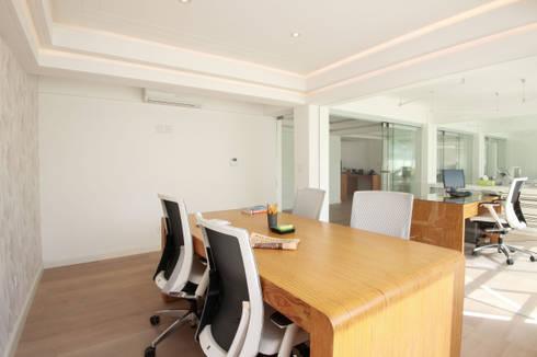Sala de juntas: Estudios y oficinas de estilo ecléctico por All Arquitectura