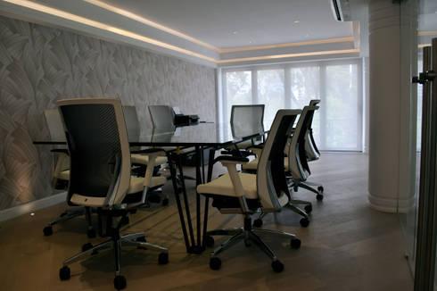 Sala de juntas principal: Estudios y oficinas de estilo ecléctico por All Arquitectura
