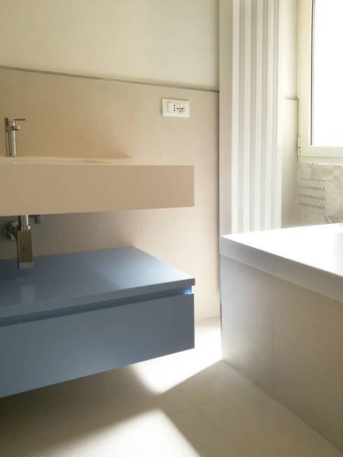 Casa AM: Bagno in stile in stile Moderno di CAFElab studio