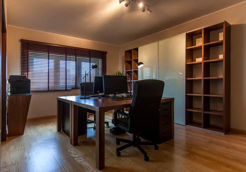 Gabinete Administrativo: Escritórios  por ÀS DUAS POR TRÊS