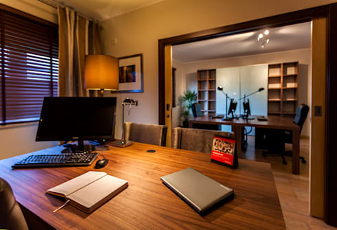 Gabinete do Administrador: Escritórios  por ÀS DUAS POR TRÊS