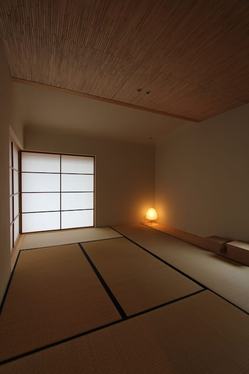 Sala multimedia de estilo  por 藤松建築設計室