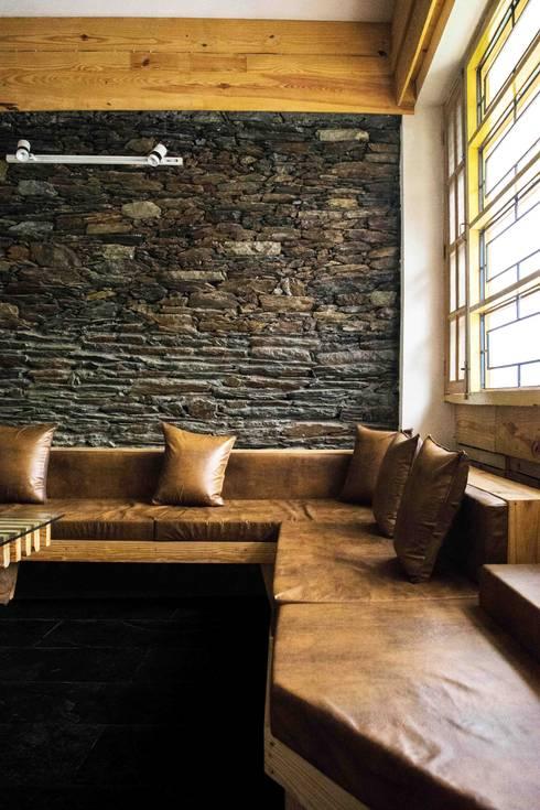 Manuj Agarwal Architects Residence cum Studio, Dehradun:  Media room by Manuj Agarwal Architects