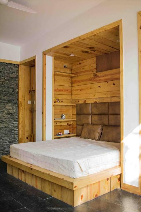 Manuj Agarwal Architects Residence cum Studio, Dehradun: country Bedroom by Manuj Agarwal Architects