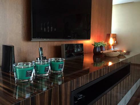 INTERIORES MORADIA: Salas de estar modernas por PAULA NOVAIS ARQUITECTOS E DESIGN