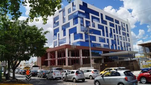Hotel NH León Gto.: Casas de estilo moderno por Studio Glass