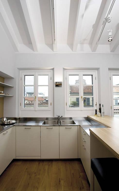 Penthouse in legno: Cucina in stile  di PAZdesign