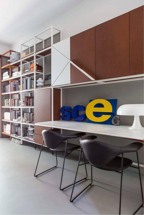 PROMENADE: Ingresso & Corridoio in stile  di SCEG ARCHITECTS