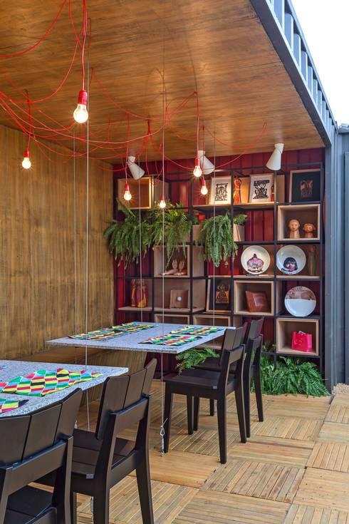 Estante modular: Espaços gastronômicos  por MEIUS ARQUITETURA